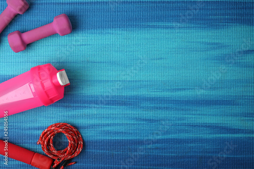 Foto auf Gartenposter Gymnastik Flat lay composition of sport equipment on color background. Space for text