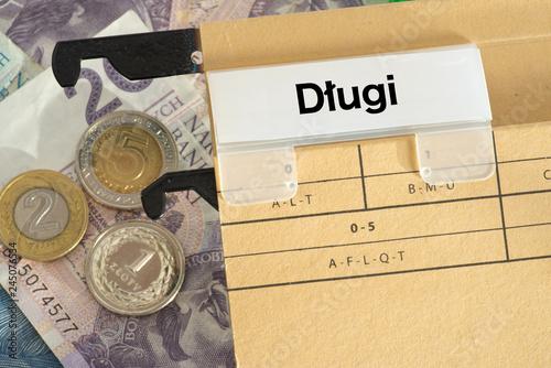 Fotografía Geldscheine und Münzen Polnische Zloty PLN und ein Ordner mit dem Wort Schulden