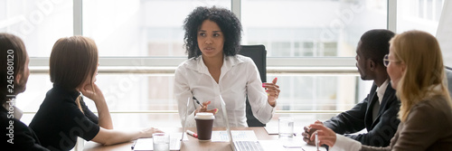 Fotografía  Horizontal photo people sitting at boardroom african business woman talking with