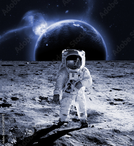 Photo  astronaut walk on the moon wear cosmosuit. future concept
