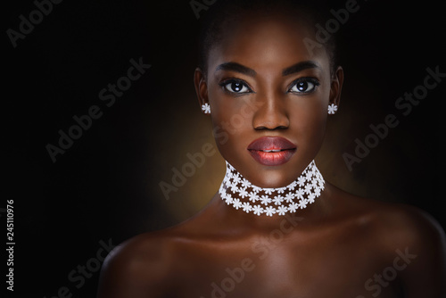 Vogue style close-up portrait of beautiful black woman Fototapete