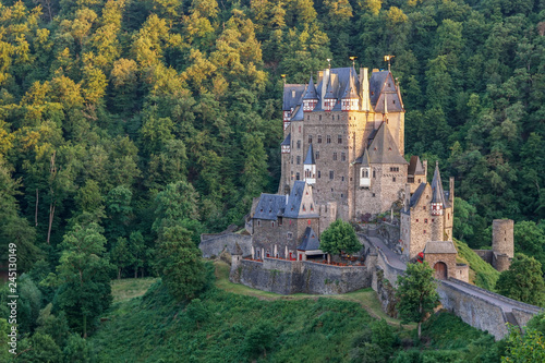 Papiers peints Con. ancienne Eltz Castle is a medieval castle nestled in the hills above the Moselle River between Koblenz and Trier, Germany