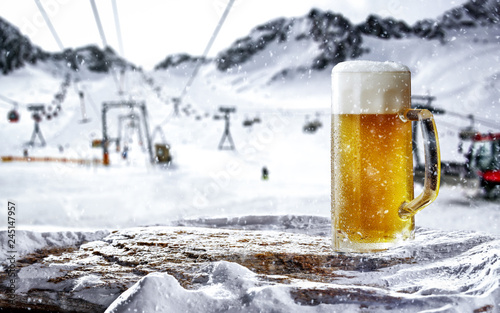 Photo sur Aluminium Biere, Cidre Cold beer in mountains and free space for your decoration