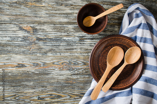 Fotografía  Culinary background with rustic kitchenware on vintage wooden table