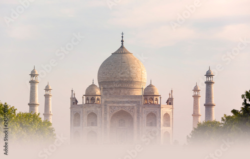 Photo  Foggy Morning over Taj Mahal in Agra India