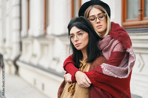 Fotografía  Two friends in casual warm outfits outdoors portrait
