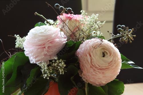Billede på lærred Rosa weiße Blumen als Blumenstrauß
