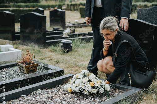 Pinturas sobre lienzo  Old woman laying flowers on a grave