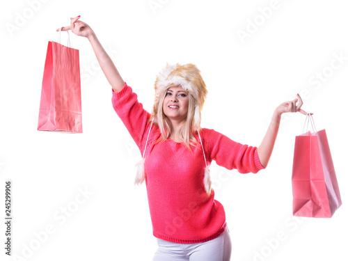Plakat Kobieta w owłosionej zimy mienia kapeluszowych torba na zakupy