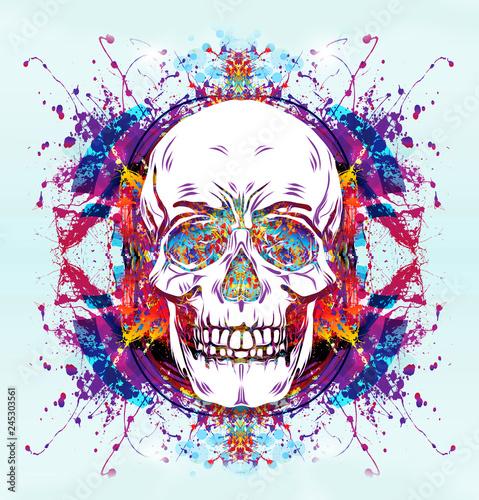 Цветной череп с раскрытой пастью на белом фоне
