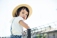 フェンスにつかまる女の子