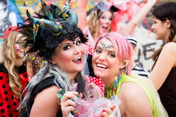 Junge Frauen in Kostümen an Weiberfastnacht im Karneval