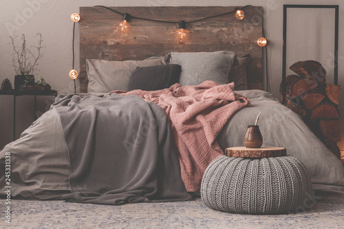Fotografía  Pastel pink and grey blanket on grey bedding of king size bed in christmas decor