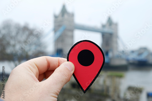 In de dag Centraal Europa man with a red marker in Tower Bridge, London, UK