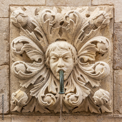 Photo sur Toile Fontaine Dubrovnik, Croatia. Sculptural face on Onofrio's fountain