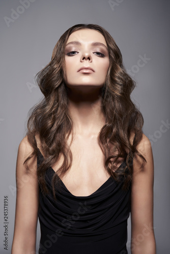 La pose en embrasure womenART Fashion photo of beautiful lady in black dress.