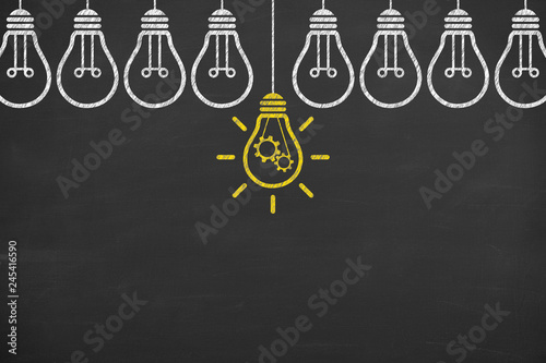 Photo  Idea solution concepts with light bulbs on a blackboard background