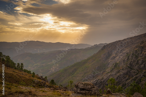 Photo raios de sol nas montanhas