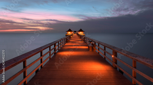 Photo Stands Napels Sunset over the Gulf of Mexico from Naples Pier in Naples, Florida