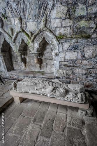 Stone Effigy of Dominic in Iona Abbey Fototapet