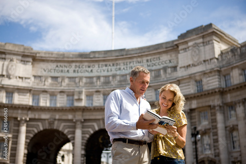 Obraz Mature tourist couple on vacation by Admiralty Arch in London UK - fototapety do salonu