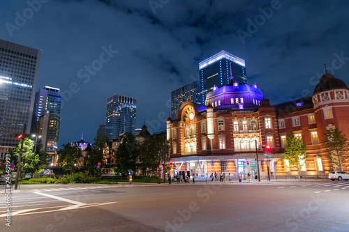 Plakat Nocny widok na dworzec Tokyo