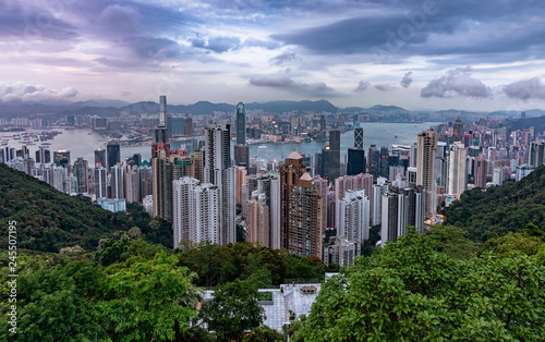 Fotobehang Aziatische Plekken Blick über die Stadt Hongkong mit den zahlreichen Hochhäusern an einem bewölktem Nachmittag im Frühling