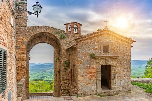 Obraz Piękna stara kaplica w Toskanii - fototapety do salonu