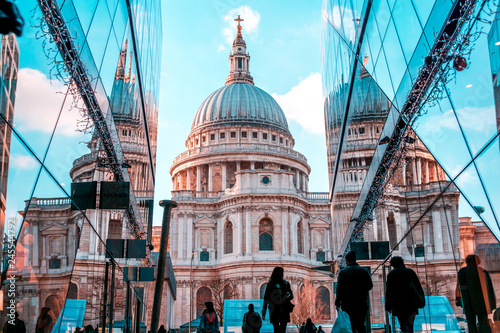 Cuadros en Lienzo  Saint Pauls cathedral in London reflecting in the shopping mall nearby
