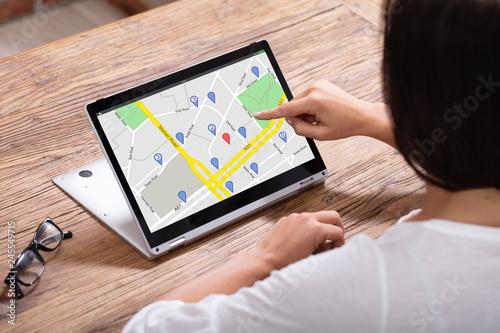 Fotomural  Woman Using GPS Navigation Map On Digital Laptop