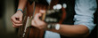 Leinwanddruck Bild - Nahaufnahme der Hände, Finger eines Gitarristen der Gitarre spielt