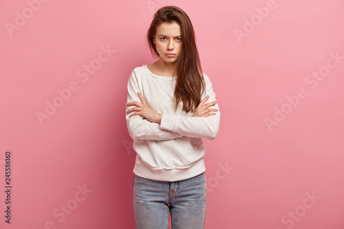 Fotografía Irritated young exasperate woman keeps arms crossed, strongly dissatisfied with