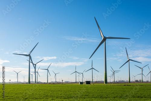 Foto  Windkraftanlagen zur ökologischen Stromversorgung sind in der windreichen ostfriesischen Küstenregion ideal zu betreiben