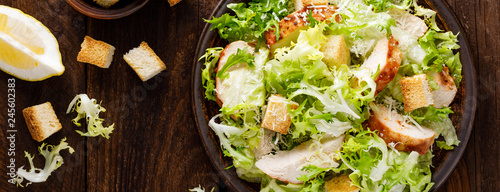 Fotografía Caesar salad with grilled chicken meat, fresh lettuce, parmesan cheese and fried croutons