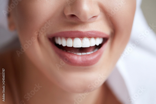 Fototapeta Healthy white smile close up. Beauty woman with perfect smile, lips and teeth. Beautiful Girl with perfect skin. Teeth whitening obraz