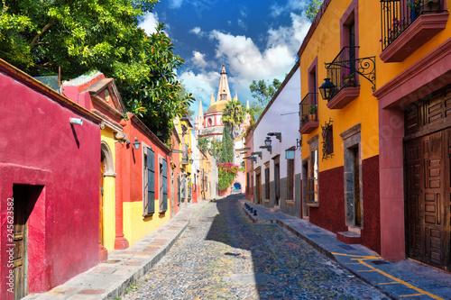 Fototapeta premium Meksyk, kolorowe budynki i ulice San Miguel de Allende w historycznym centrum miasta