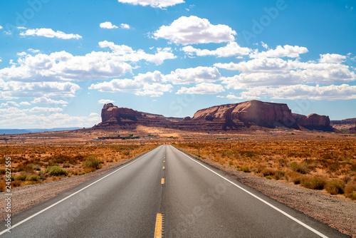 Fototapeta Niekończąca się nieskończona droga biegnąca przez Park Narodowy Monument Valley z niesamowitymi formacjami skalnymi.