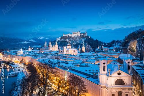 In de dag Centraal Europa Salzburg old town in winter at twilight, Austria