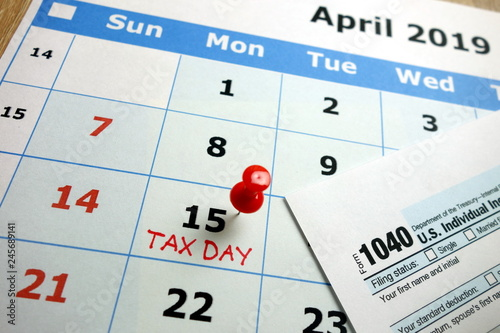 Fotografía  Tax day marked on April 2019 monthly calendar with 1040 form