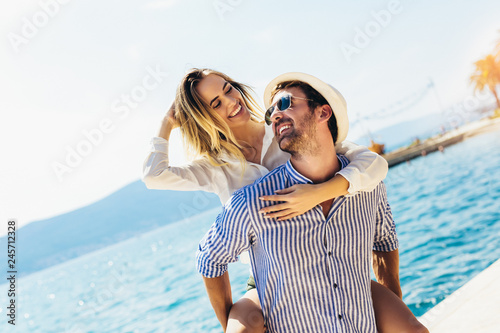 Fotografia  Couple in love, enjoying the summer time by the sea