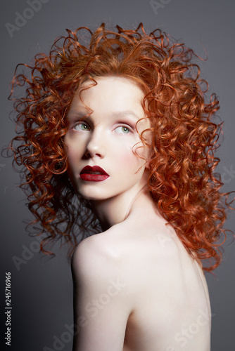 Küchenrückwand aus Glas mit Foto womenART Beautiful young woman with red-hair on grey background. Nude pretty lady with bright red lipsstick and modern art makeup. Sensual model pose in photo-studio. Sexy naked body.
