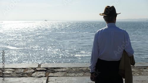 Samotny mężczyzna nad brzegiem Fototapet