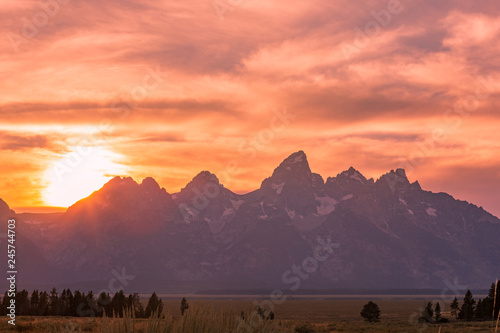 In de dag Koraal Scenic Sunset in the Tetons