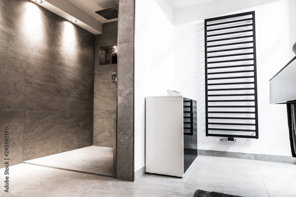 Modernes Badezimmer klein luxuriös modern mit offener Dusche Foto ...