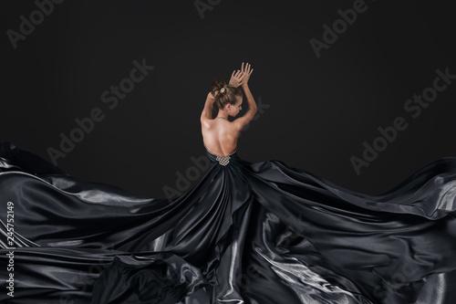 Photo Young woman in luxurious long dress
