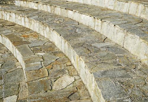 Photo  Le sedute di un anfiteatro in pietra e cemento.