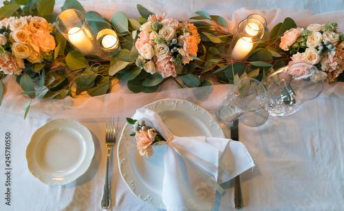 Zdjęcie XXL stół ozdobiony świeżymi kwiatami i świecami na obiad weselny