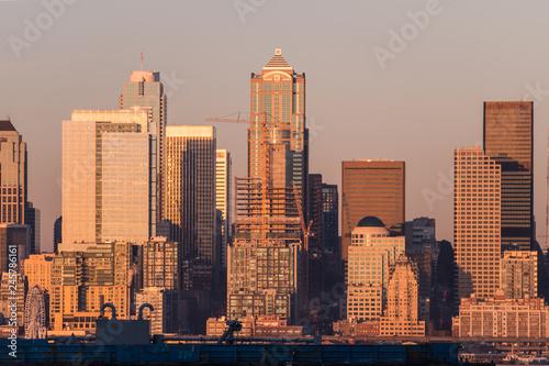 Fotografía  Sunset light over the skyscrapers of downtown Seattle, Washington, USA