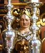 Kleine goldene Frauenskulptur in der Stadtkirche Heilig Dreifaltigkeit