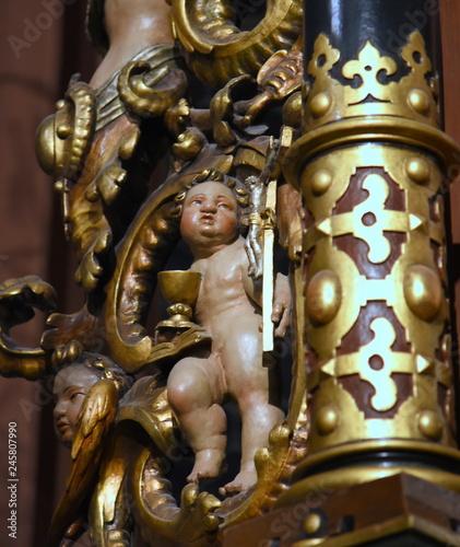 In de dag Centraal Europa Skulptur eines nackten Knaben in der Stadtkirche Heilig Dreifaltigkeit